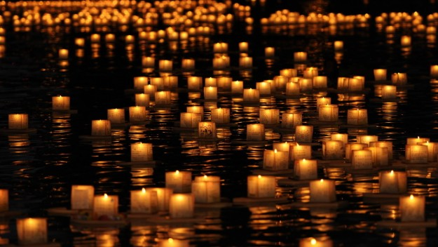 la-trb-hawaii-honolulu-floating-lanterns-punchbowl-memorial-day-20150518